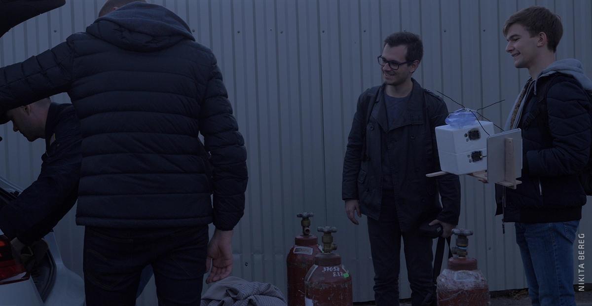 Команда Cosmos Agency Strato и представитель Nuka  погружают оборудование в авто. Фото: Никита Берег